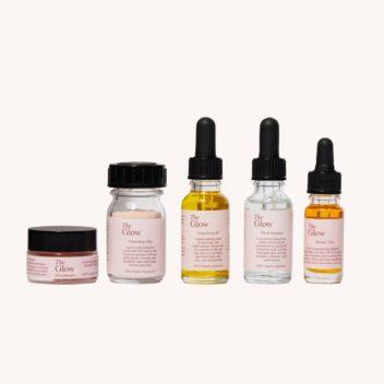 Die 5 nachhaltigen Produkte im Essentials Bundle von The Glow Naturkosmetik ersetzen alle anderen Produkte im Bad.